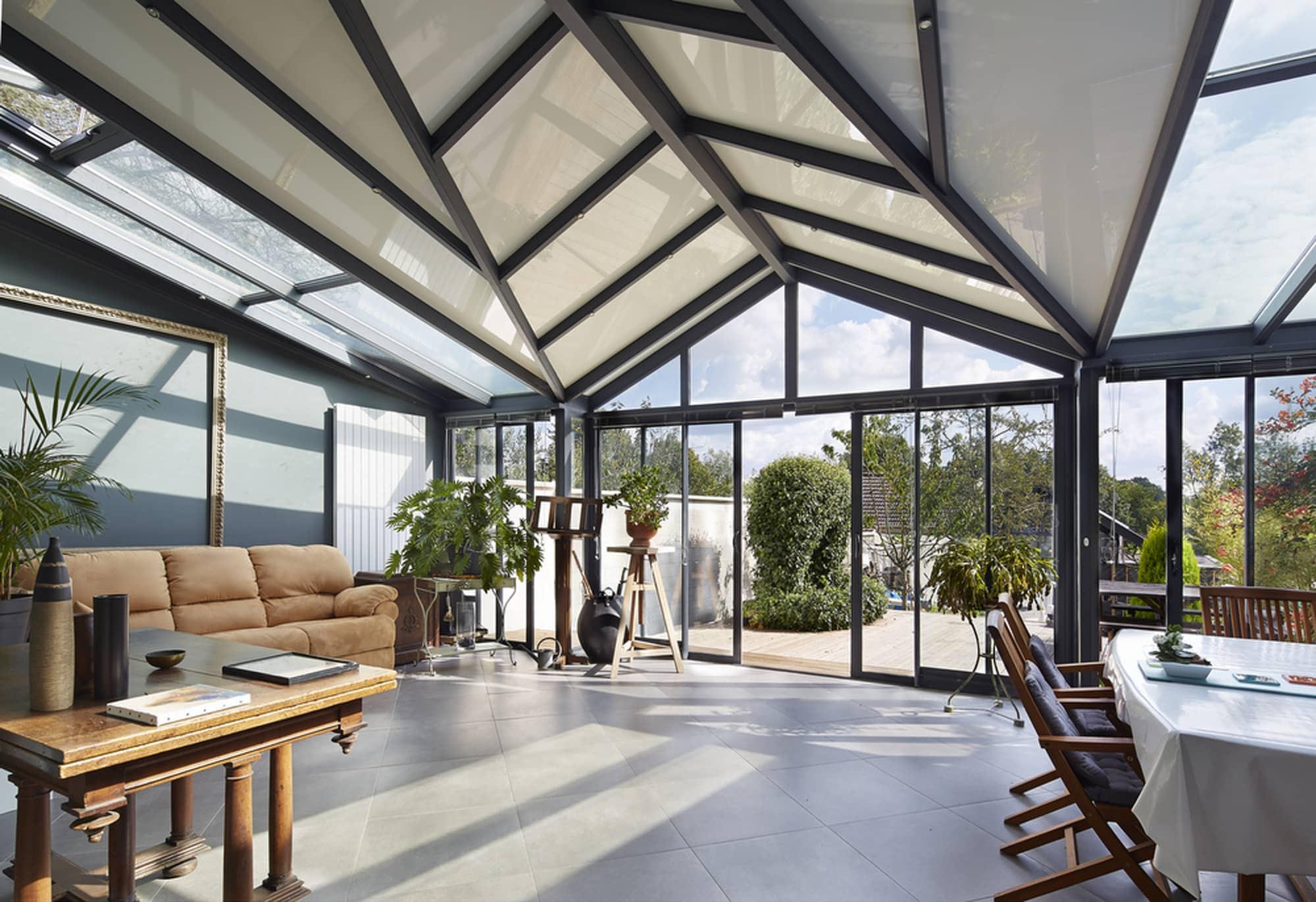 fenêtre veranda et store opaque